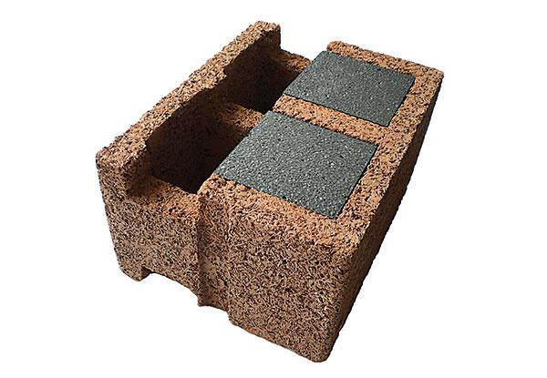 KOMBINÁCIA DREVA ABETÓNU  Murovací systém Durisol je založený na kombinácii dreva sbetónom. Základnou surovinou na výrobu tvaroviek je drevná štiepka (tvorí až 90 % objemu), do ktorej sa pridáva cement, voda aďalšie komponenty. Durisolové tvarovky sa ukladajú na seba nasucho, výplňový betón ich previaže azabezpečí statiku konštrukcie. Za jeden deň možno takto postaviť jedno podlažie domu.   www.leier.sk