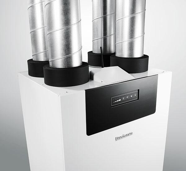 Buderus Logavent HRV2  Je ventilačná jednotka, ktorá sa stará ovýmenu vzduchu bez vypúšťania tepla von oknom – vrekuperačnej jednotke dochádza kvyrovnávaniu teploty medzi čerstvým avydýchaným vzduchom bez toho, aby sa zmiešali. Odvádzaný vzduch tu odovzdá privádzanému až 90 % tepla. Funkcia obtekania rekuperačného výmenníka umožňuje vlete prevetrávanie domu chladným nočným vzduchom. Okrem permanentnej výmeny vzduchu zabezpečuje zariadenie aj zníženie prašnosti areguláciu jeho vlhkosti.