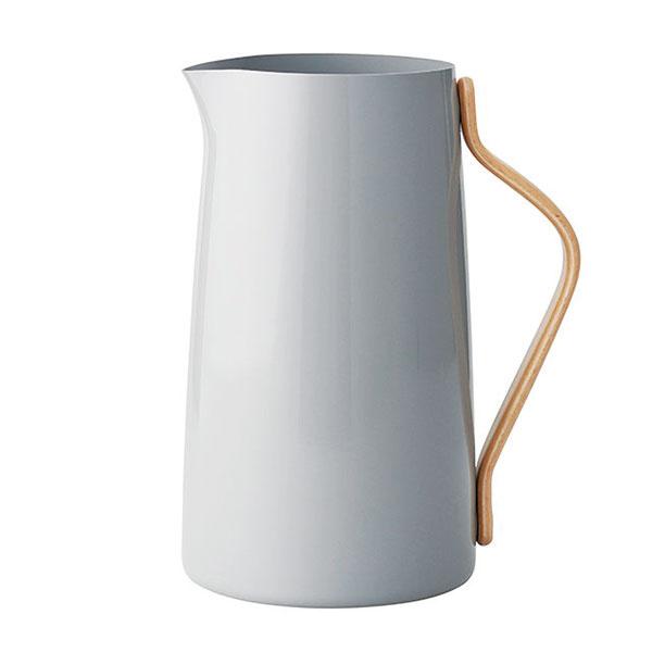 Karafa na vodu EMMA od značky Stelton, nehrdzavejúca oceľ, ohýbané ucho z bukového dreva, nevhodná do umývačky riadu, 2 l, 52,43 €, www.designville.sk