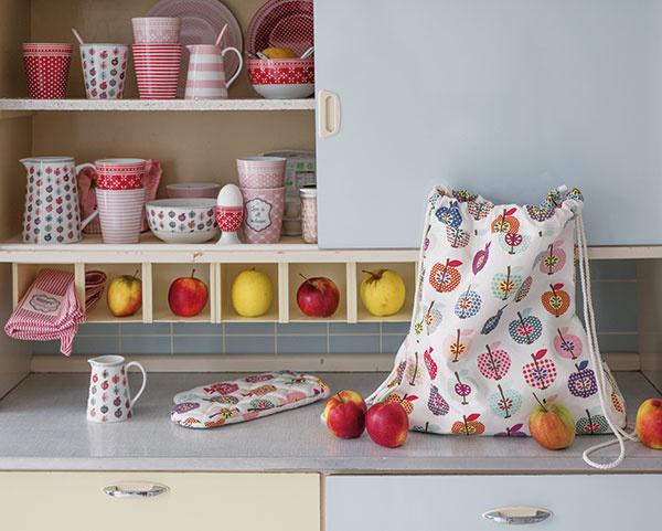 Džbánik Apple od značky Krasilnikoff, porcelán, vhodný do umývačky riadu, 700 ml, výška 18 cm, 22,84 €, www.bellarose.sk