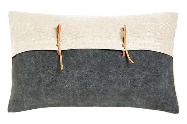 OBLIEČKy NA VANKÚŠ, ľan, koženka, 30 × 50 cm, 22,99 €/ks, www.zarahome.com