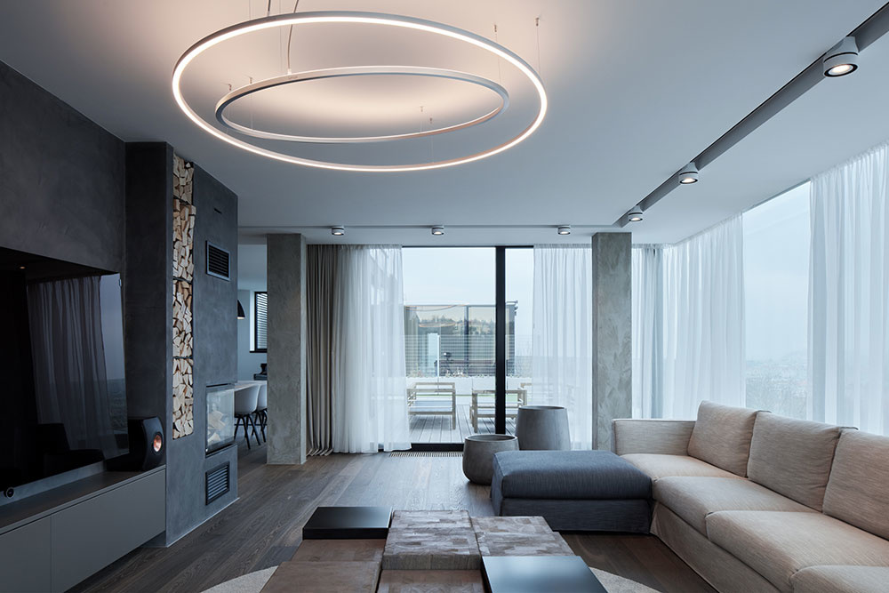 Priestranný byt s množstvom presklených plôch umiestnený na streche obytného domu