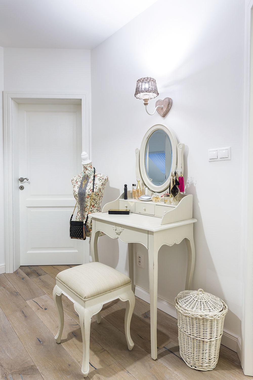 ANGLICKÝ ŠTÝL BÝVANIA charakterizujú rôzne staro pôsobiace dekorácie, prírodné materiály a svetlá farebnosť. Steny, dvere a zárubne v celom dome sú biele a nechajú tak vyniknúť originálne solitéry.