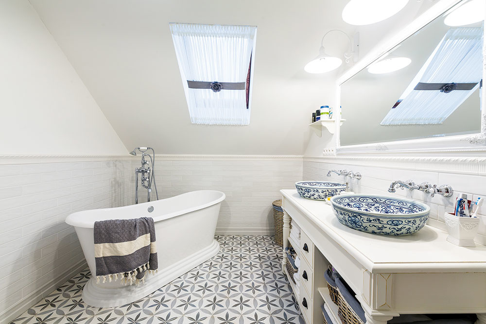 KRÁĽOVSKÁ KÚPEĽŇA na poschodí s voľne stojacou vaňou a dvoma umývadlami je priestranná a svetlá. Pocit útulnosti jej dodávajú aj špeciálne navrhnuté záclony na strešné okná.