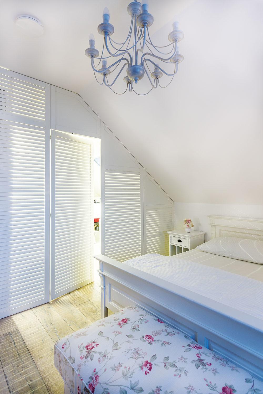 PRIESTOR SPÁLNE je rozdelený na spaciu a šatníkovú časť, v ktorej sa po otvorení dverí rozsvieti svetlo. Keď je v spálni zhasnuté, nasvietený šatník jej dodáva príjemnú intímnu atmosféru.