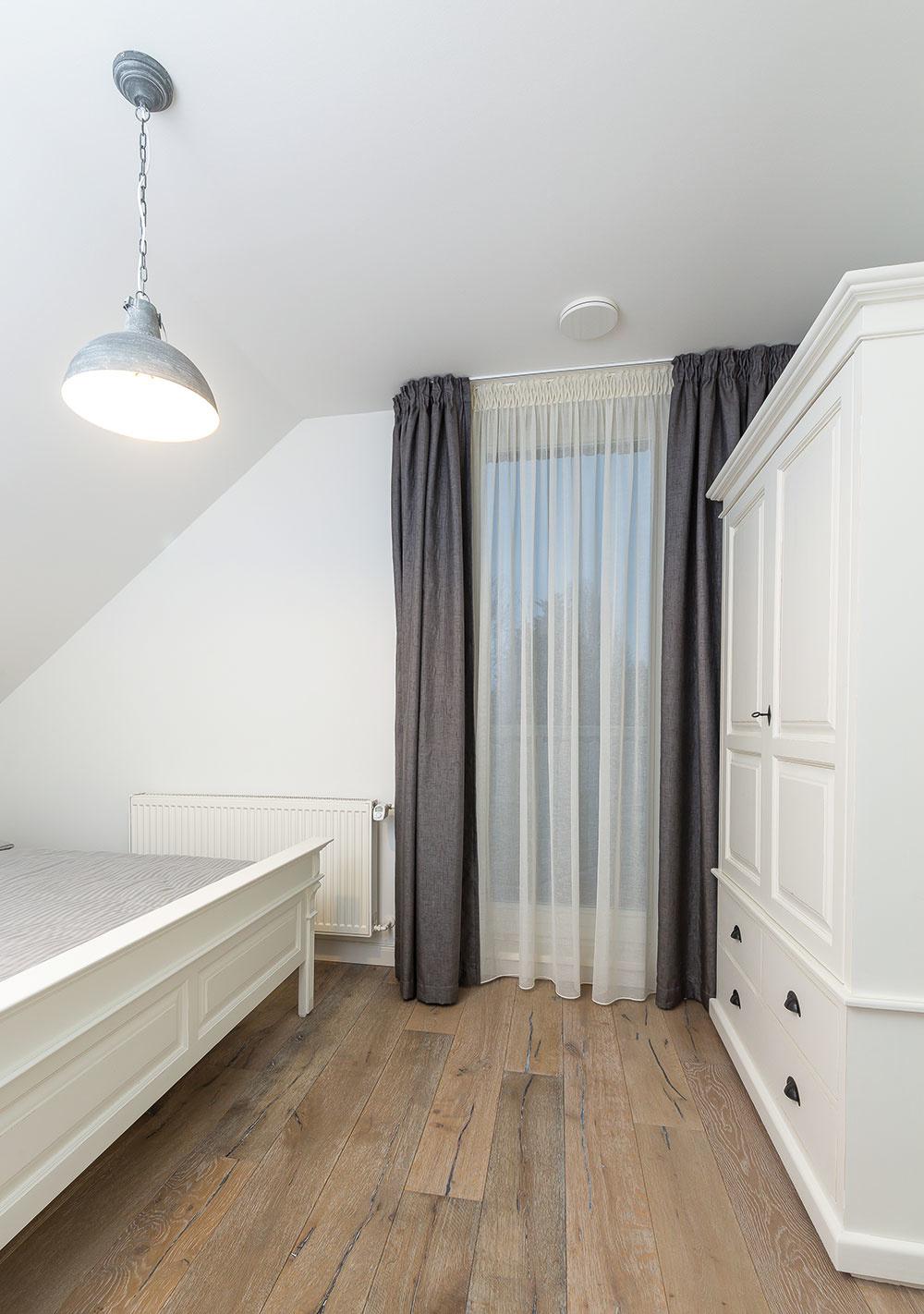 V HOSŤOVSKÝCH SPÁLŇACH sú okrem manželských postelí aj veľké biele skrine z masívu, ktoré priestor zbytočne opticky nezaťažujú a poskytujú dostatok úložného priestoru
