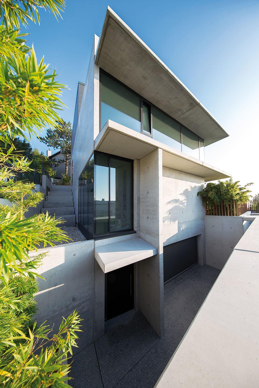 Originálna stavba si vyžadovala technicky zvládnutý projekt. Obsahovala totiž množstvo náročných aatypických detailov – napríklad kotvenie predsadenej betónovej fasády, hlboké betónové konzoly či stropy nad veľkými otvorenými priestormi bez stĺpov ainých podpôr.