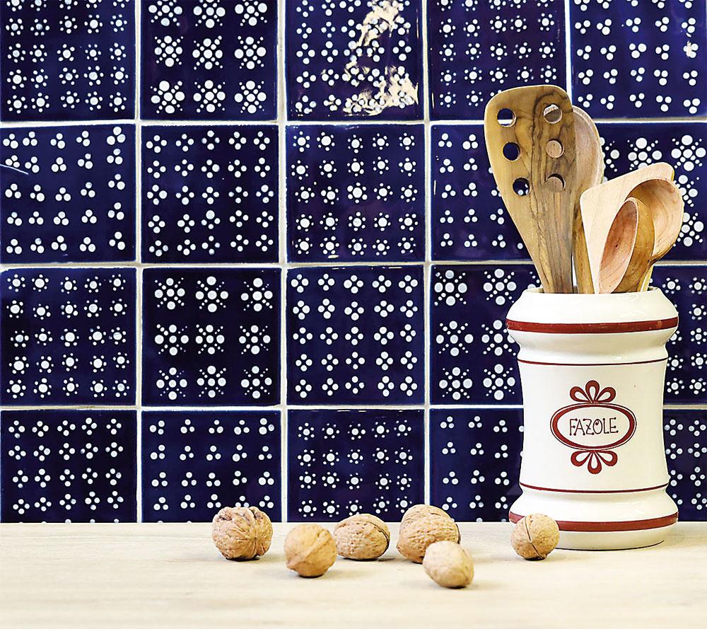 Modrotlač vo forme nežných keramických obkladačiek pre vašu kuchyňu. Môžete si znich vyskladať celú zástenu alebo ich skombinovať sinými jednofarebnými. Na mieru vám ich vyrobia na www.sashe.sk/tileme.