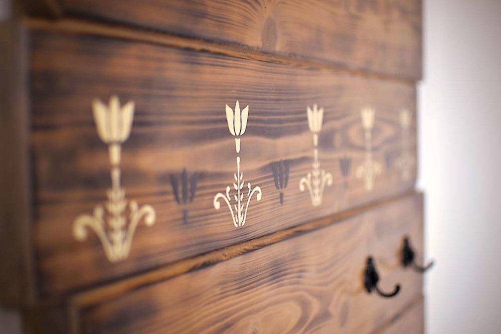 Obložte si stenu opaľovaným drevom smaľovanými kvetinovými motívmi. Takto si môžete vytvoriť príjemnú dekoráciu napríklad za posteľou alebo svešiačikmi ipomocníka vchodbe. Predáva www.sashe.sk/MaJa.s.