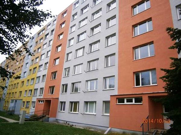 Pohľad na fasádu zatepleného panelového domu na Laboreckej ulici v Košiciach pred a po aplikácii Silancolor System Plus