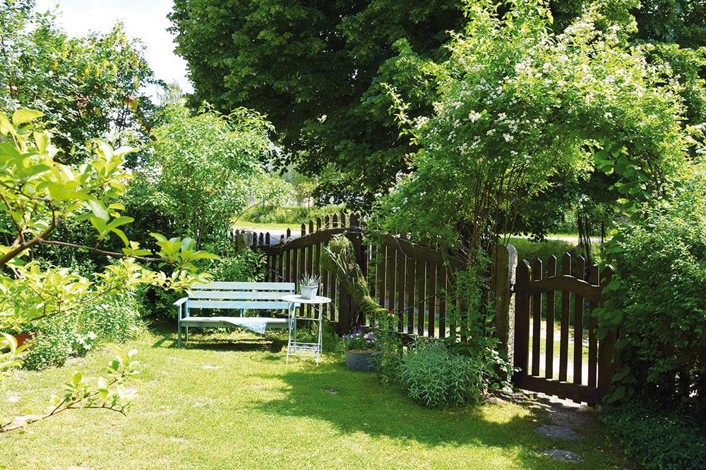 Záhrada pre hostí nie je síce veľká, no o to viac umožňuje nerušený oddych medzi kvetmi a starými odrodami ruží, ktoré sú počas leta doslova obalené jemnými kvetmi.