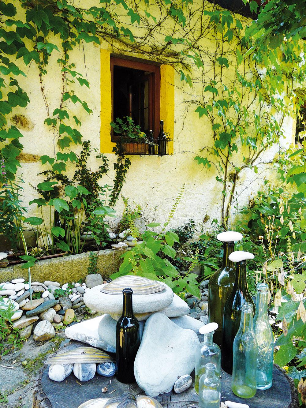 Prírodné dekorácie tvorí pani domu aj zo starých predmetov, ktoré boli bežnou súčasťou každodenného života našich starých rodičov.