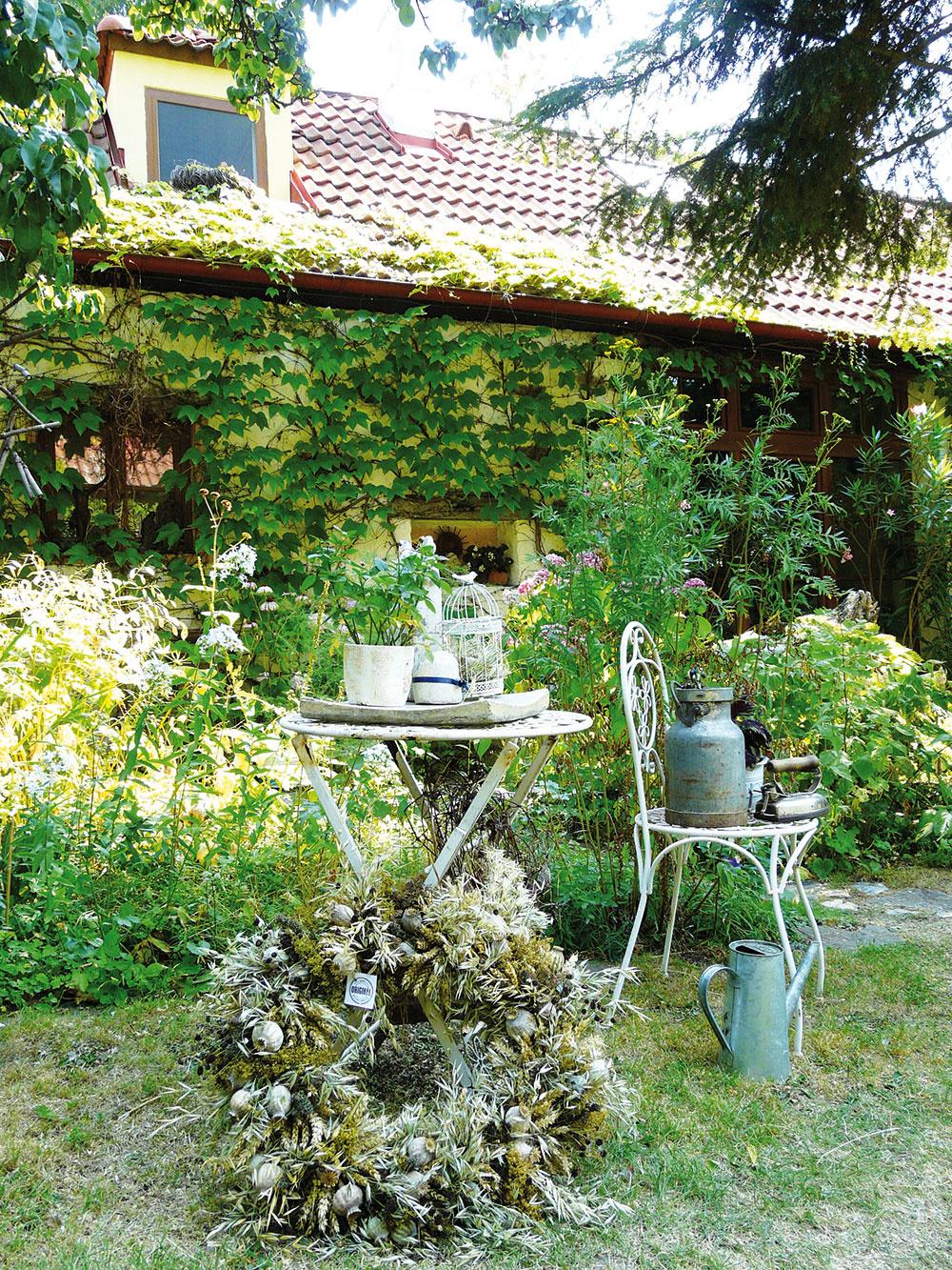 Pokojnú atmosféru vzáhrade okrem dekorácií vytvárajú najmä všadeprítomné kvety. UGebrovcov však plnia mnohorakú úlohu. Nielenže sú krásne na pohľad adotvárajú tak kolorit vidieckej záhrady, ale zároveň vsortimente prevládajú rastliny medonosné, ktoré opeľovačom každý rok pripravia skvelú hostinu.