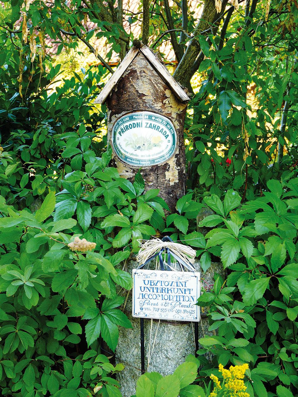 Ukážková prírodná záhrada. Kým si záhrada toto ocenenie zaslúžila, museli majitelia splniť množstvo prísnych podmienok, medzi ktorými nechýbalo napríklad hospodárenie bez použitia chémie.