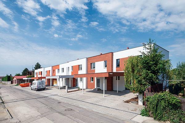 Radové domy postavené zpórobetónu Ytong sú súčasťou projektu Zelený grunt, ktorý vyrastá vHlohovci. Už teraz sa stavajú podľa tých najprísnejších tepelnotechnických noriem, ktoré budú platiť po roku 2020. Budúci majitelia vďaka tomu ušetria nielen na kúrení, ale aj na chladení – celkovo budú náklady na prevádzku domu nižšie až o85 % oproti výstavbe spred roku 2010.