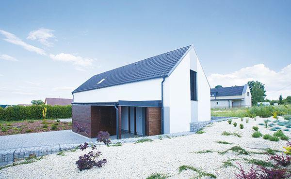 Rodinný dom vpasívnom štandarde postavili zvápenno-pieskových tehál vChelčiciach. Na obvodové murivo shrúbkou 24 cm sa použili tvarovky KMB Sendwix 8DF-LD, zateplené fasádnym grafitovým polystyrénom shrúbkou 35 cm. Predpokladané ročné náklady na vykurovanie sú vo výške 280 €, náklady na všetky energie na prevádzku domu by mali byť 630 € za rok.