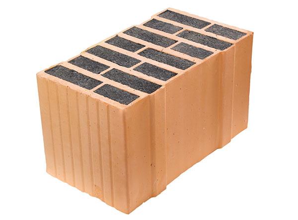 LEIERPLAN 44 ISO+ je brúsená tehla plnená grafitovým polystyrénom, určená na murovanie na penu LeierFIX alebo na maltu na tenké škáry. Výhodou brúsených tehál je ich geometria so systémom pero + drážka, ktorá umožňuje murovanie bez malty vo zvislej škáre. (Hrúbka muriva 44 cm, hmotnosť tvarovky 16,6 kg, súčiniteľ prechodu tepla U = 0,15 W/(m2 . K)). www.leier.sk
