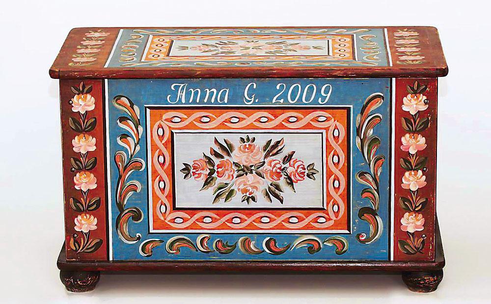 Maľovaná truhlica je kópiou truhlice XIX. storočia zRakúsko-Uhorska, smrekové drevo, 370 €, www.sashe.sk/TalkFolk