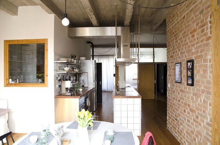 Odhalené tehlové múry či betónový stĺp: Trojizbový byt, ktorý sa nehanbí za svoj pôvod
