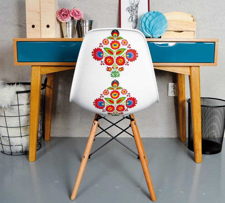 Dizajnový nábytok s folklórnymi motívmi vhodný aj do mestského bytu