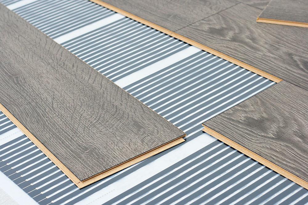 VYKUROVACIE FÓLIE  Majú hrúbku iba 0,4 mm a sú určené na suché uloženie najmä pod laminátové a drevené plávajúce podlahy, ale aj pod koberce a PVC, do miestností s pravidelným pôdorysom. Výhodou je minimálna konštrukčná výška a jednoduchá suchá inštalácia, nie sú však vhodné pod dlažbu ani do mokrých priestorov.