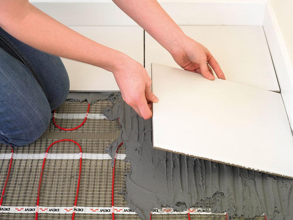 VYKUROVACIE ROHOŽE   Ide o najrozšírenejší elektrický podlahový systém, pri ktorom sú vykurovacie káble prichytené v pravidelných rozstupoch k nosnej tkanine. Sú určené najmä pod dlažbu, na ohrev plôch s pravidelnými tvarmi. Výhodou je malá konštrukčná výška a jednoduchá montáž, ich cena je však o niečo vyššia.