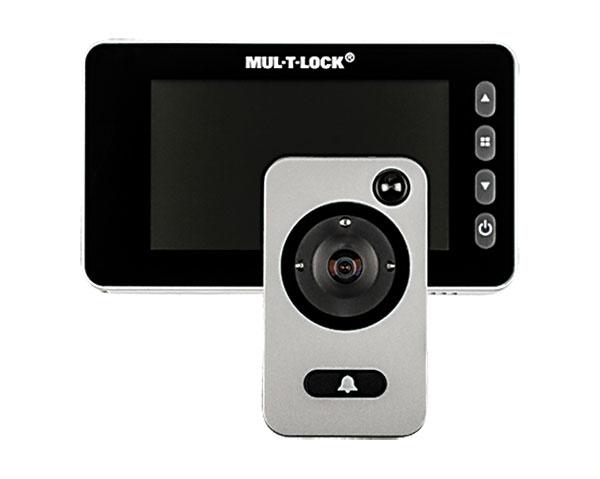 Digitálny panoramatický priezorník SHERLOCK® MTL GOTU + 5 má širokouhlú kameru na snímanie priestoru pred dverami aLCD displej. Automaticky nahráva video azaznamenáva osoby pred dverami, ato aj vtedy, keď nie ste doma. Využíva tiež systém infrakamery. Cena: 162 €. www.sherlock.sk