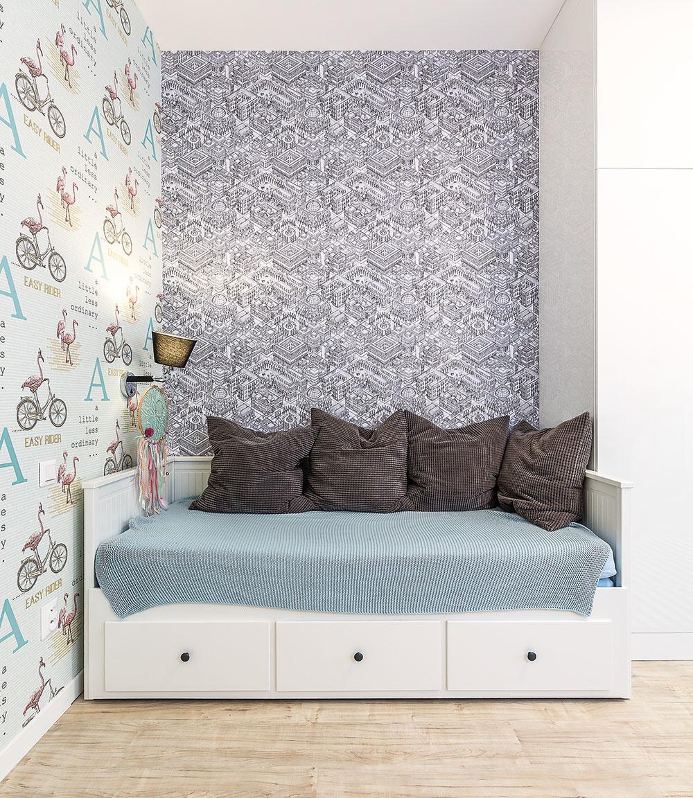 Šikovná posteľ zIkey slúži cez deň ako sedačka – rovnakú majú vo svojich izbách obe sestry. Najstaršia zdievčat Kristínka maľuje, preto pre ňu vybrala architektka tapety sgrafickým vzorom.