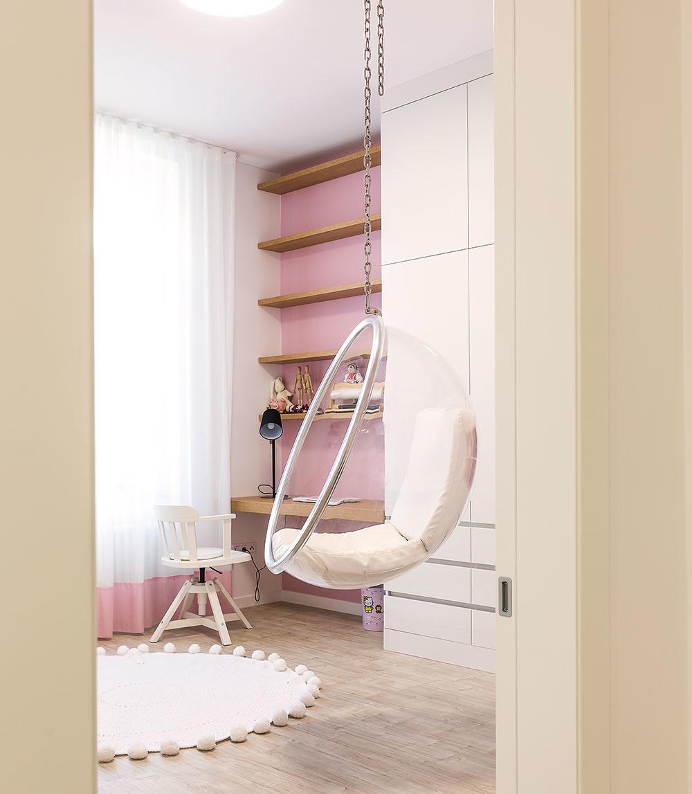 Izba prostrednej Terezky, ktorá sa venuje tancu, je ladená vtónoch jej obľúbenej ružovej. Prevažne biele steny dopĺňa vjednotlivých miestnostiach zopár farebných fotografií, ktoré dodávajú každému zpriestorov odlišnú atmosféru.