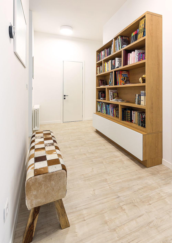 Nočná zóna zaberá celý niekdajší trojizbový byt manželov. Pri vstupe do nej vás privíta knižnica, ktorá urobila zchodby využívaný priestor.