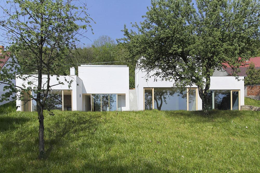Biely rodinný dom zaujme na prvý pohľad svojou členitosťou