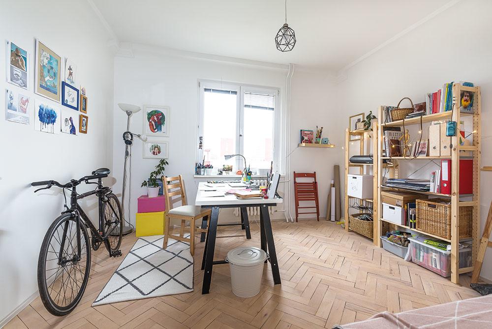 Jednu zizieb trojizbového bytu vRužinove vyhradila mladá umelkyňa ateliéru.