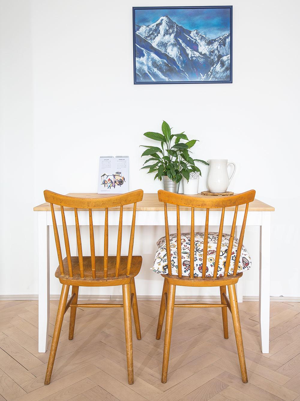 Stoličky, ktoré venovali Tinke jej starí rodičia, vnášajú do obývačky závan starých časov.