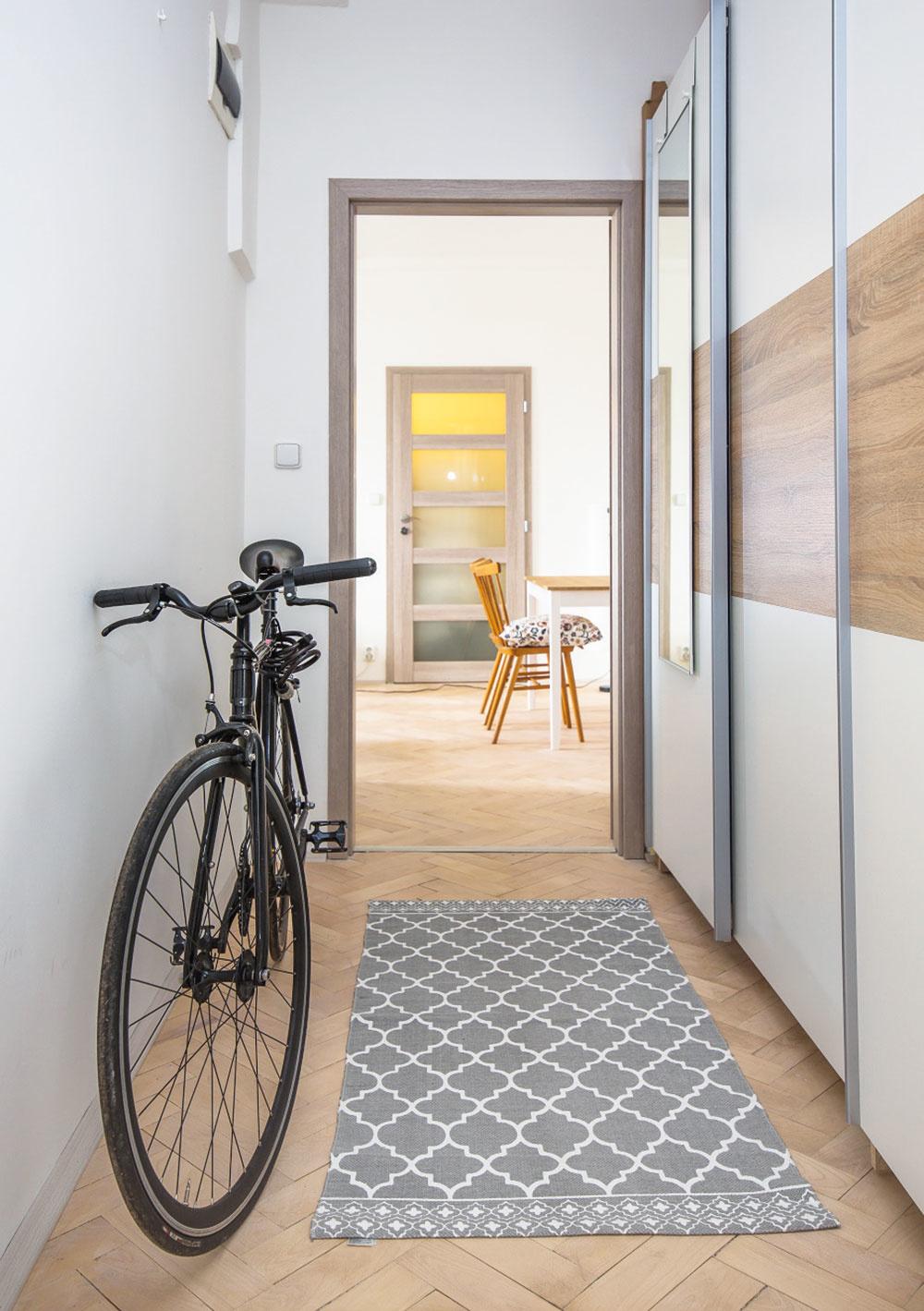 Trojizbový byt prešiel väčšou rekonštrukciou. Zachovali sa v ňom však viaceré pôvodné prvky, ako napríklad drevená parketová podlaha alebo ozdobné rohy izieb.