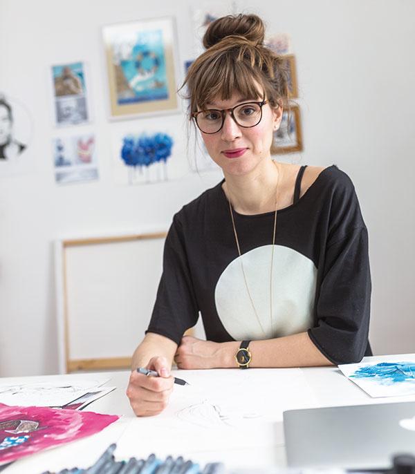 Úspešná ilustrátorka tam, kde sa cíti najlepšie – vo svojom ateliéri, kde tvorí, pracuje asníva.