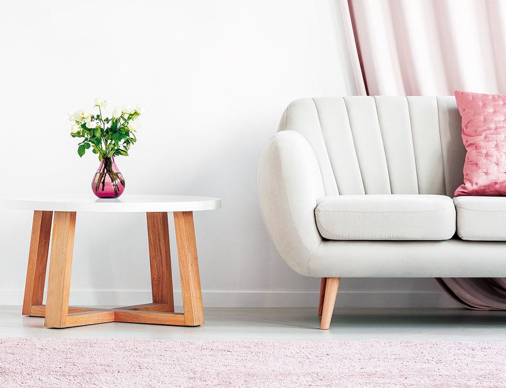 Ak nie ste milovníkmi preplnených priestorov, minimalistický štýl je pre vás ako stvorený. Pár kusov nábytku oživených niekoľkými doplnkami je skvelá cesta, ako si zdomova vytvoriť protipól hektického životného štýlu.