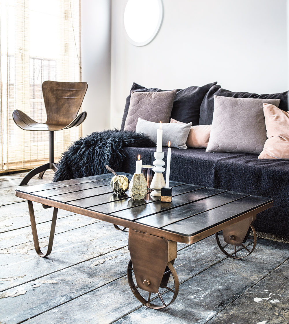 Túžite vo svojej obývačke po doplnku, ktorý vám zmení celkový výraz miestnosti? Ačo tak umiestniť do stredu priestoru originálny stolík? Stolík na dvoch kolieskach je skvelou inšpiráciou, ako ozvláštniť izbu niečím funkčným apraktickým. Netradičný vzhľad, ktorý zaručene priláka pohľady návštev, je len príjemným bonusom.