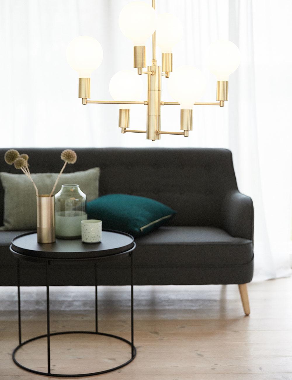 Trojkombinácia čiernej, zlatej aviacerých odtieňov zelenej pôsobí príjemným až okúzľujúcim dojmom. Toto farebné trio zahalí interiér do elegantného šatu, ktorý vyzerá skutočne luxusne. Dojem honosnosti docielite aj pomocou zlatého lustra, ktorý celkový pôvab podčiarkne.