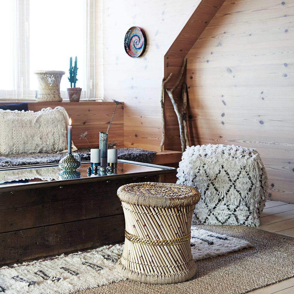 Mäkké textílie zútulňujú domov, ba čo viac – lákajú nás kdotyku. Huňaté deky, do ktorých sa môžete zabaliť, jemné koberčeky, po ktorých sa tak príjemne chodí, ako aj pohodlné návliečky na vankúš, ktoré vytvárajú dokonale uvoľnenú atmosféru vpohodlí sedačky. Obývačka je tým pravým miestom, kde si môžete dopriať hrejivý pocit hebkosti akomfortu textílií.