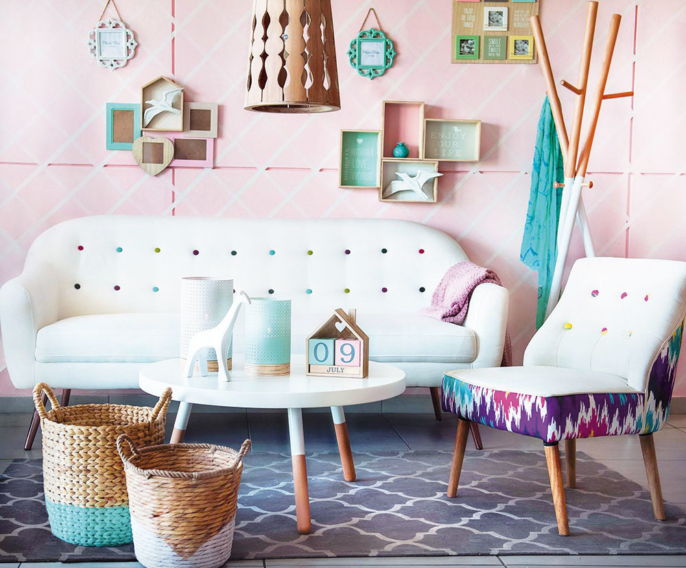 Jednou zciest, ako rozžiariť priestor obývačky, je použiť prílev pastelových farieb. Tie interiér zútulnia azároveň doň vnesú istú dávku hravosti. Pastelové farby nemusíte použiť len na steny, sústreďte sa aj na detaily, ako sú napríklad zaujímavé aplikácie na sedačke alebo prútené dvojfarebné koše.
