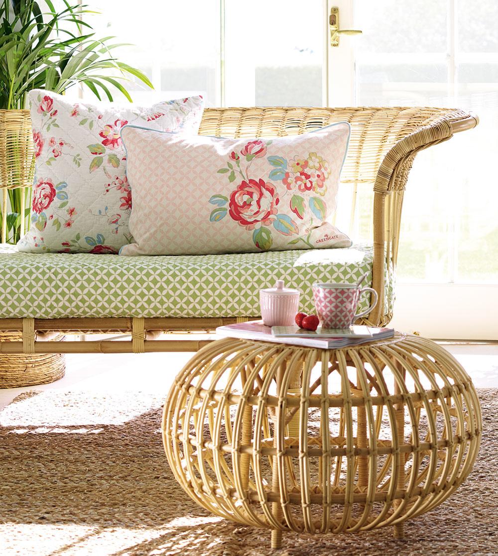 Ak radi snívate avkútiku duše túžite po romanticky dekorovanej obývačke, ideálne riešenie predstavuje kombinácia ratanu sjemnými kvetinkovými vzormi. Prirodzená tvár ratanu, rovnako aj jeho vzdušnosť vás zaručene chytia za srdce. Ak stavíte na kvetové vzory vpastelových farbách, tohto miesta sa už nebudete chcieť vzdať.