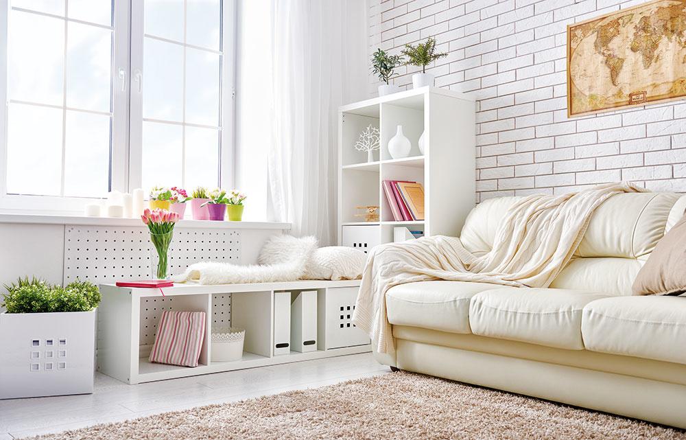 Najuniverzálnejšou farbou je biela. Interiéru poskytuje neutrálny podklad aprináša skvelé možnosti kombinovania sinými farbami. Je nadčasová, pôsobí čisto, moderne aelegantne. Skvelo sa dopĺňa sprírodnými materiálmi, vzormi, rovnako dobre si však rozumie sčiernou, sivou alebo hnedou.
