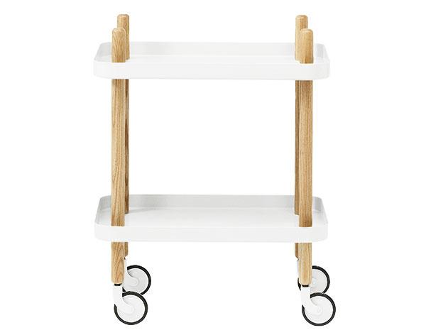 Na kolieskach Block Table od značky Normann Copenhagen, jaseň, lakovaná oceľ, 50 × 64 × 35 cm, viac farieb, 230 €, www.normann-copenhagen.com