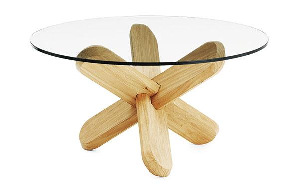 Sdekoratívnou podnožou Ding od značky Normann Copenhagen, výška 40 cm, priemer 75 cm, dub, sklo, viac vyhotovení, 405 €, www.normann-copenhagen.com