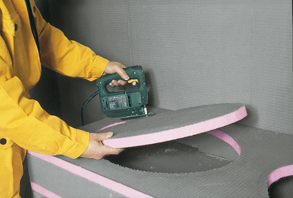 Vyrezanie otvorov, napríklad na osadenie umývadla, do Uniplatne je veľmi jednoduché.