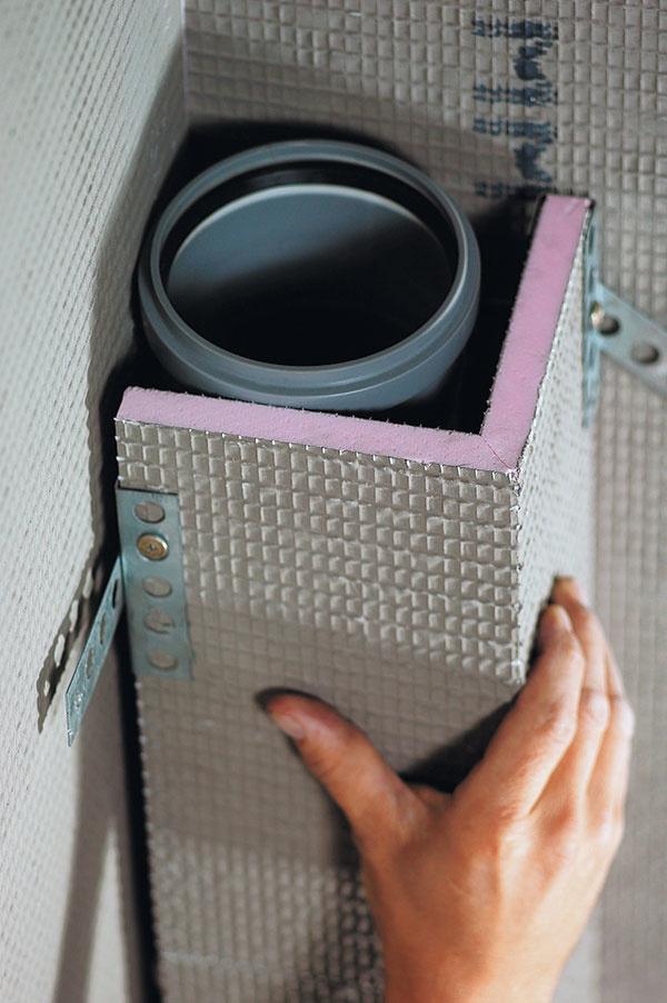 Doska Uniplatne v tvare písmena L alebo U je ideálna na opláštenie odpadového potrubia pri stene.