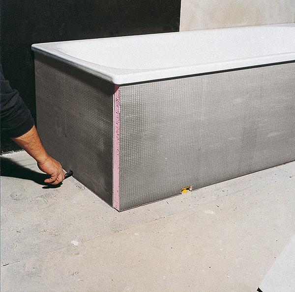 Uniplatňa sa dá využiť aj na obloženie neštandardnej vane.