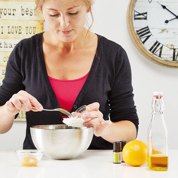 Vmiešame kakaové maslo. Počkáme, kým sa dve ingrediencie roztopia. Pridáme lyžičku tekutého medu.