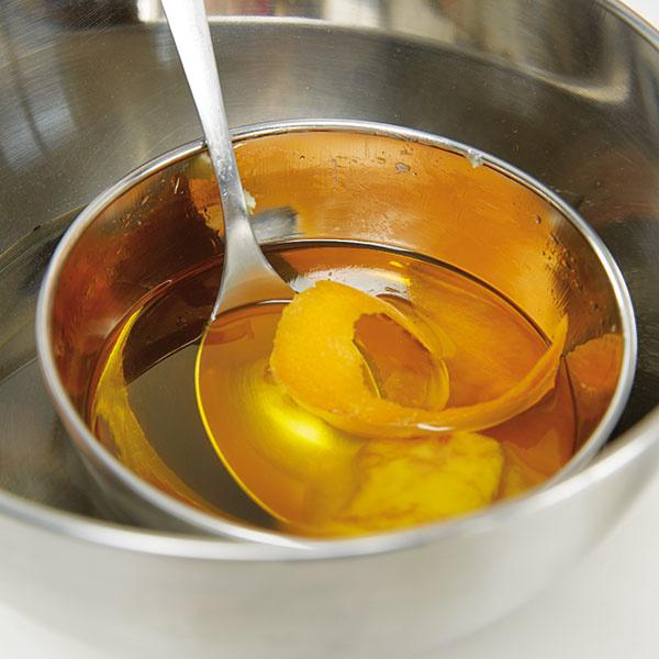 Pomarančovú kôru z chemicky neošetrených pomarančov necháme pol hodiny vylúhovať v oleji a vosku.