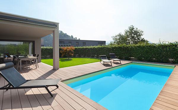 Ako poistiť bazén, záhradný nábytok či pošmyknutie sa pri bazéne?